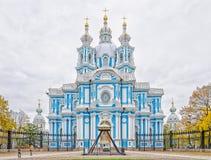 桥梁okhtinsky彼得斯堡俄国圣徒 一张正面图斯莫尔尼宫大教堂 库存图片