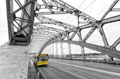 桥梁okhtinsky彼得斯堡俄国圣徒 在Bolsheokhtinsky桥梁的一辆公共汽车 图库摄影