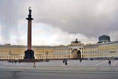 桥梁okhtinsky彼得斯堡俄国圣徒 Dvortsovaya广场看法  免版税图库摄影