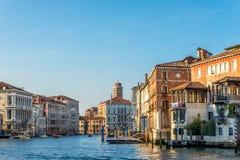 从桥梁Ponte小山谷Accademia的看法运河的重创与大教堂在威尼斯 免版税库存图片