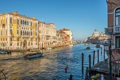 从桥梁Ponte小山谷Accademia的看法运河的重创与大教堂在威尼斯 免版税图库摄影