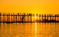 桥梁U-Bein柚木树桥梁是最长的 库存照片