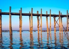 桥梁U-Bein柚木树桥梁 免版税库存照片