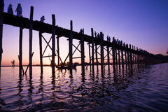 桥梁U-Bein柚木树桥梁 库存照片
