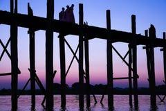 桥梁U-Bein柚木树 免版税库存图片