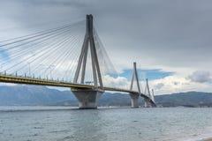 索桥的全景在里约和Antirrio, Patra,希腊之间的 图库摄影
