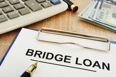 桥贷款形式和剪贴板在书桌上 库存图片
