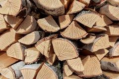 桦树分裂木柴 免版税库存图片