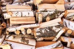桦树切好的木头  加热的木准备 房子的生态热化 免版税库存图片