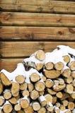 桦树在房子的墙壁的火木头 免版税库存图片