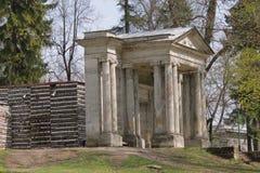 桦树房子和门面具在Gatchina,俄罗斯 图库摄影