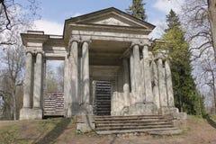 桦树房子和门面具在Gatchina, R 免版税库存图片