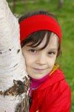 桦树拥抱女孩 库存图片