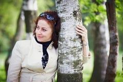 桦树拥抱的妇女 库存图片