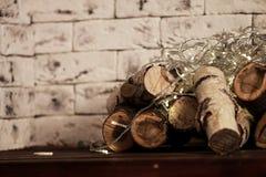 桦树日志在架子的由壁炉 免版税图库摄影