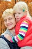 桦树森林爸爸白肤金发白肤金发女儿拥抱 图库摄影
