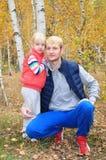 桦树森林爸爸白肤金发白肤金发女儿拥抱 免版税库存图片