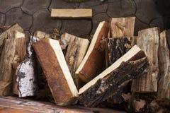 桦树注册日志 点燃的日志在壁炉或火炉 免版税库存图片