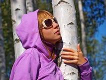 桦树的美丽的女孩 免版税库存照片