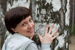 桦树迷人的森林女孩纵向 免版税库存照片