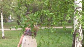 桦树附近的女人画像 股票视频