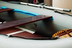 桨是在一艘橡皮艇上 免版税库存照片