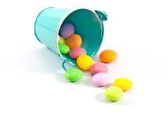 桶五颜六色的糖果 免版税图库摄影