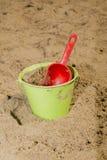 桶和铁锹在湖 免版税库存图片