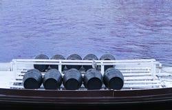 桶在一条小船的葡萄酒在河 免版税图库摄影