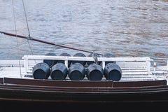 桶在一条小船的葡萄酒在河 免版税库存照片