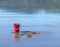 桶在海滩的沙子 免版税库存图片