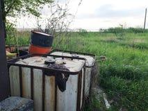 桶在绿色树和芦苇附近的工业废料 毒性产品污染自然和存贮的概念  免版税库存图片