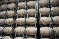 桶在葡萄酒库里 免版税库存图片