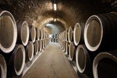 桶在葡萄酒库里 图库摄影