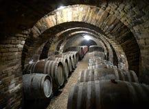 桶在葡萄酒库里 库存图片