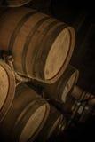 桶在葡萄酒库里 免版税库存照片