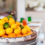 桶在街市上的新鲜的柠檬、石灰和桔子 库存照片