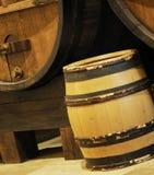 桶地窖金黄自然酒木头 库存照片