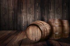 桶威士忌酒酿酒厂啤酒背景  免版税库存照片