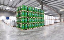 桶存贮在一家化工工厂-后勤学和shippin 免版税库存照片