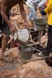 从桶桶的工作者倾吐的混凝土 免版税库存图片