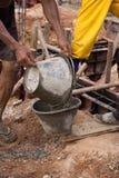 从桶桶的工作者倾吐的混凝土 库存图片