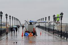 桶的工作者在高度在莫斯科绘在族长` s桥梁的灯笼 库存照片
