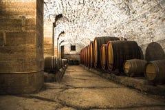 桶的意大利葡萄酒库 免版税库存图片