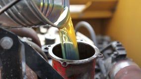 从桶的油涌入油补白 股票视频