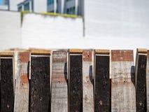 桶的片断形成在都市environme的装饰篱芭 库存图片