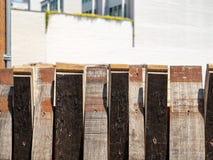 桶的片断形成在都市environme的装饰篱芭 库存照片
