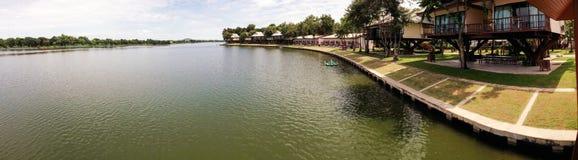 桶盖Chawak Resort湖和树上小屋全景  免版税库存图片