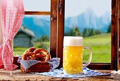 桶装啤酒和椒盐脆饼大大啤酒杯  图库摄影
