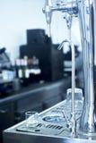 桶装啤酒在酒吧的泵浦轻拍 免版税库存照片